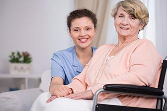 bewohnerin mit Ihrer Pflegekraft, Pflegeheim, betreutes Wohnen