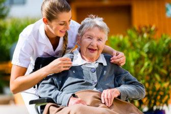 Pflegefachkraft mit glücklicher Bewohnerin, Pflegeheime, Seniorenwohnen