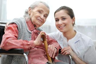 glückliche Dame mit Pflegefachkraft, Pflegeimmobilien, Seniorenheime, betreutes Wohnen