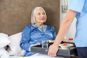 Pflegefachkraft mit Fruehstueck, Pflegeimmobilien, Seniorenheime