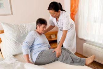 kosten häusliche Krankenpflege, Pflegefachkraft mit Bewohnerin, Pflegeimmobilien