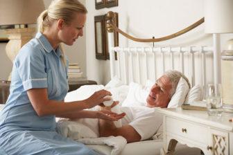Palliativpflege, Pflegekraft mit Bewohnerin, Pflegeimmobilien