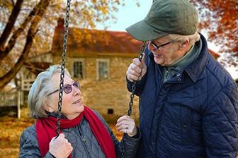 glückliches Seniorenpaar, Seniorenzentrum, Natur, Pflegeimmobilien