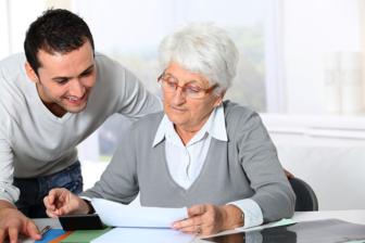 junger Mann Pflegefachkraft mit netter Dame, Seniorenheim, Pflegedienst