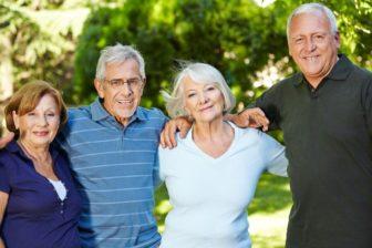 Glückliche Senioren im Alter, Park, Stationäre Pflege, betreutes Wohnen
