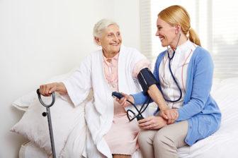 glückliche Bewohnerin mit Pflegefachkraft