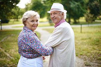 glückliches Seniorenpaar, Park, Seniorenzentrum zur Kapitalanlage, Invest, sozial